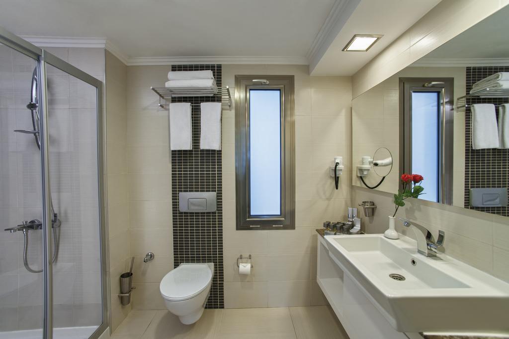 Bungalow Family Room bathroom
