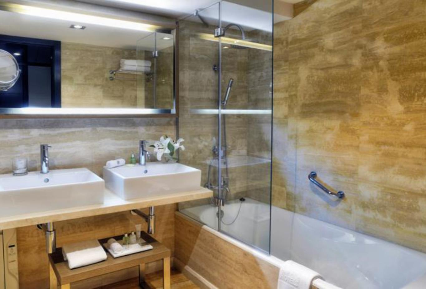 Premium double room bathroom