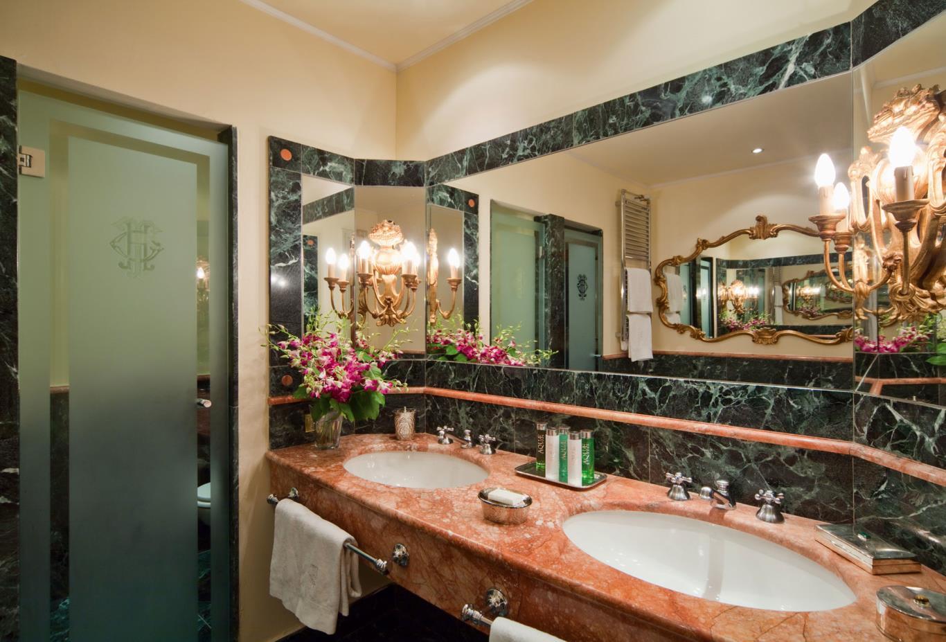 Deluxe Park View bathroom