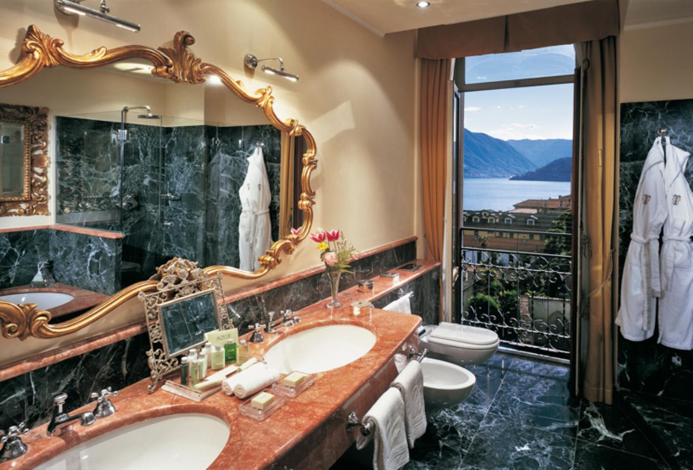 Deluxe Lake View bathroom