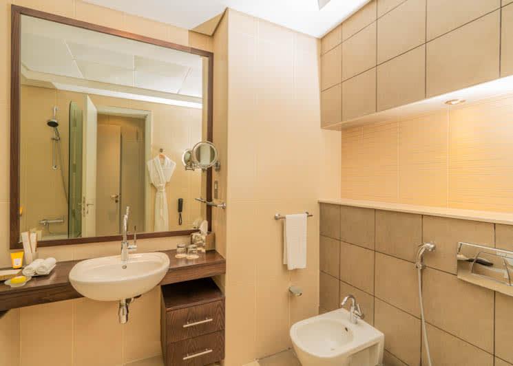 4 Bedroom pool suite guest bathroom