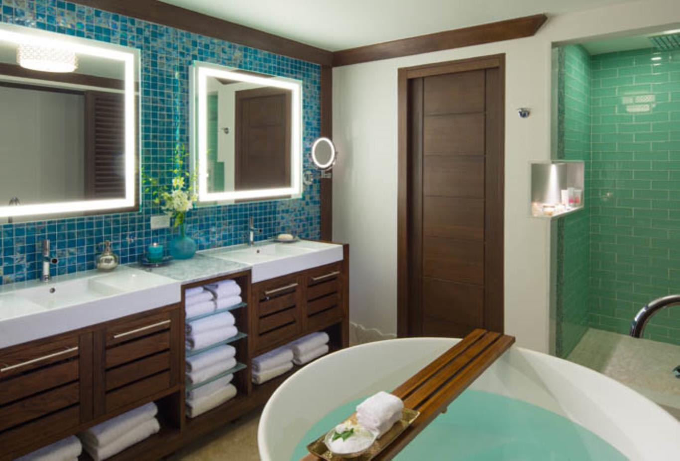 Crystal Lagoon Swim-Up One Bedrom Butler Suite with Tranquility Soaking Tub