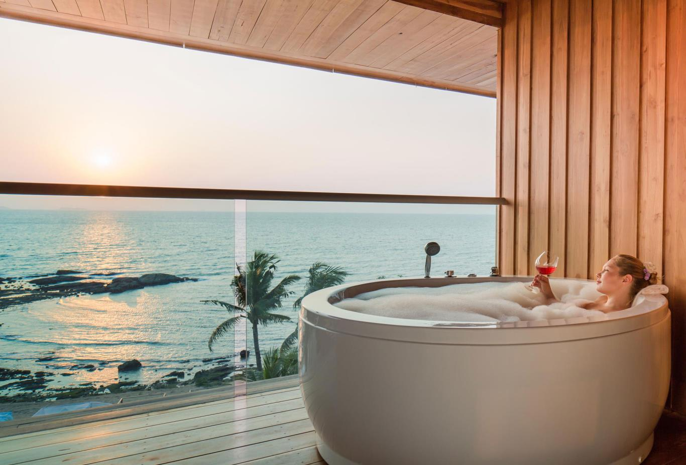 Dara-Beachfront-bath-and-view