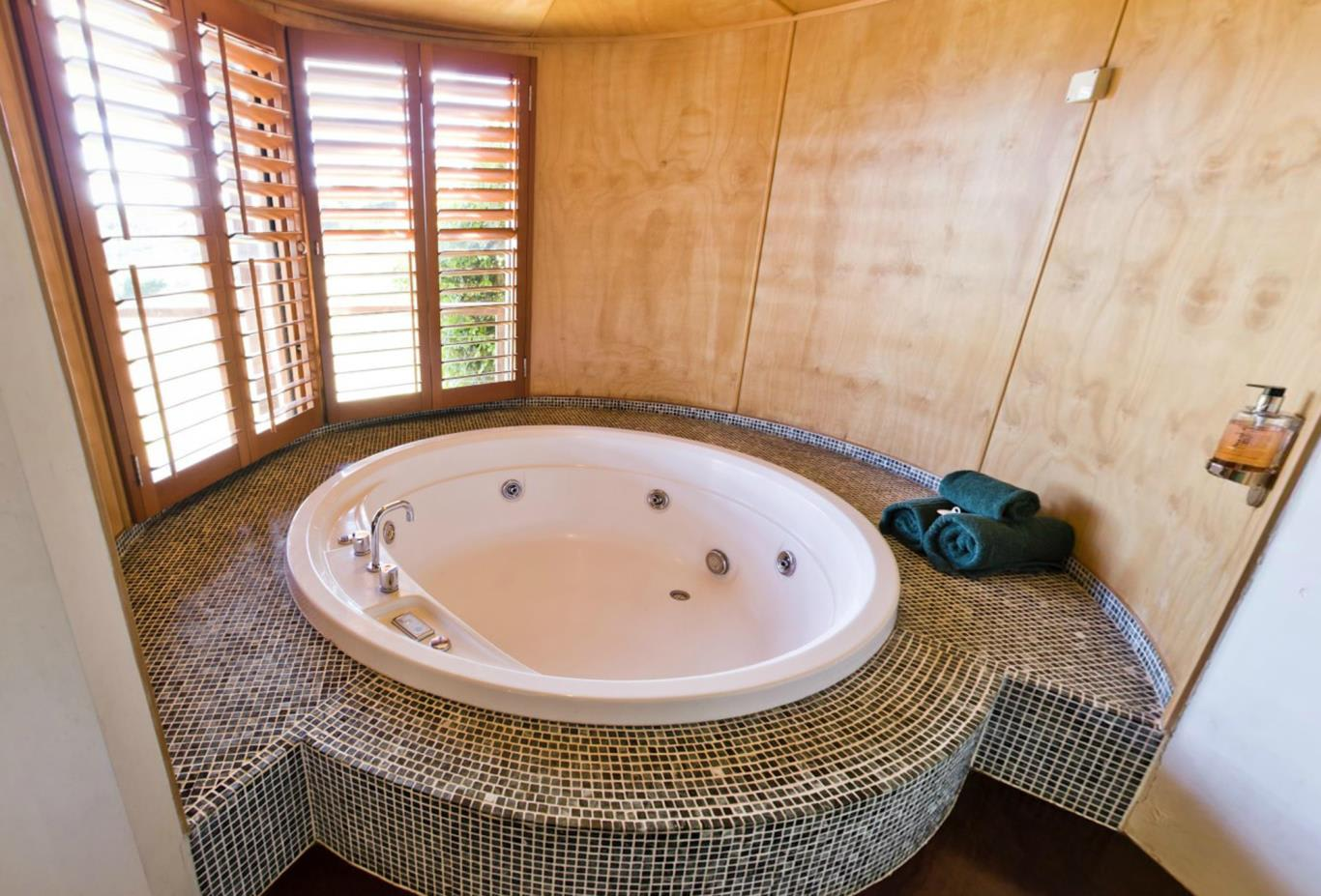 2-Bedroom-Canopy-Suite-Spa-tub