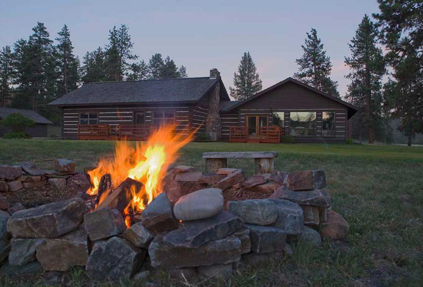 The Blackfoot River Lodge - fire pit in backyard