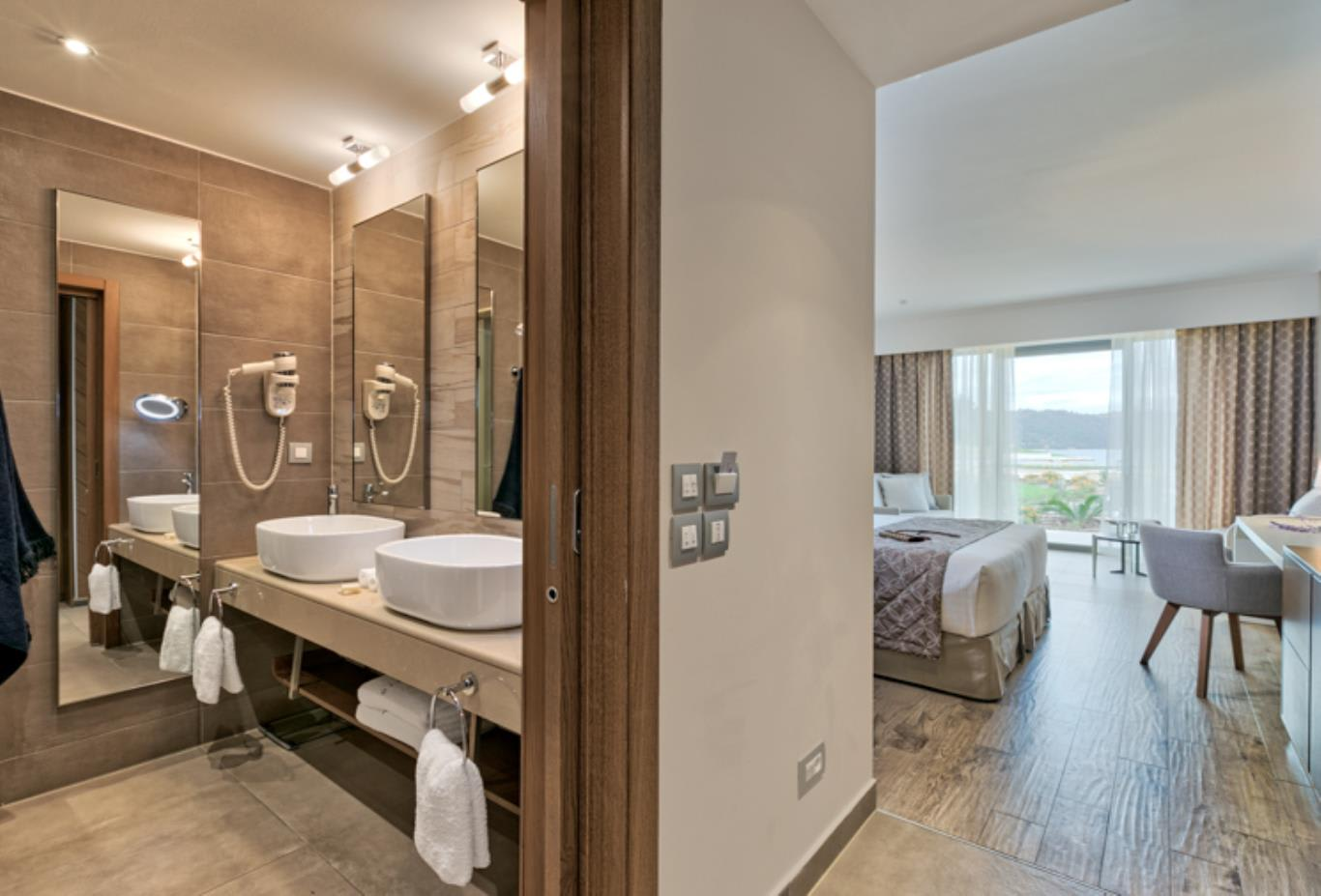 Junior Suite Sea View bathroom and bedroom