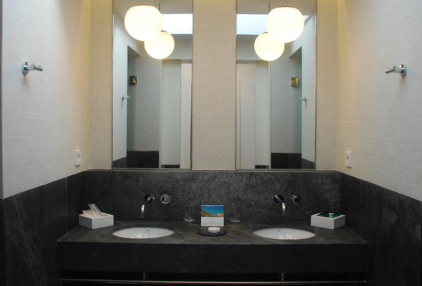 Superior Terrace bathroom