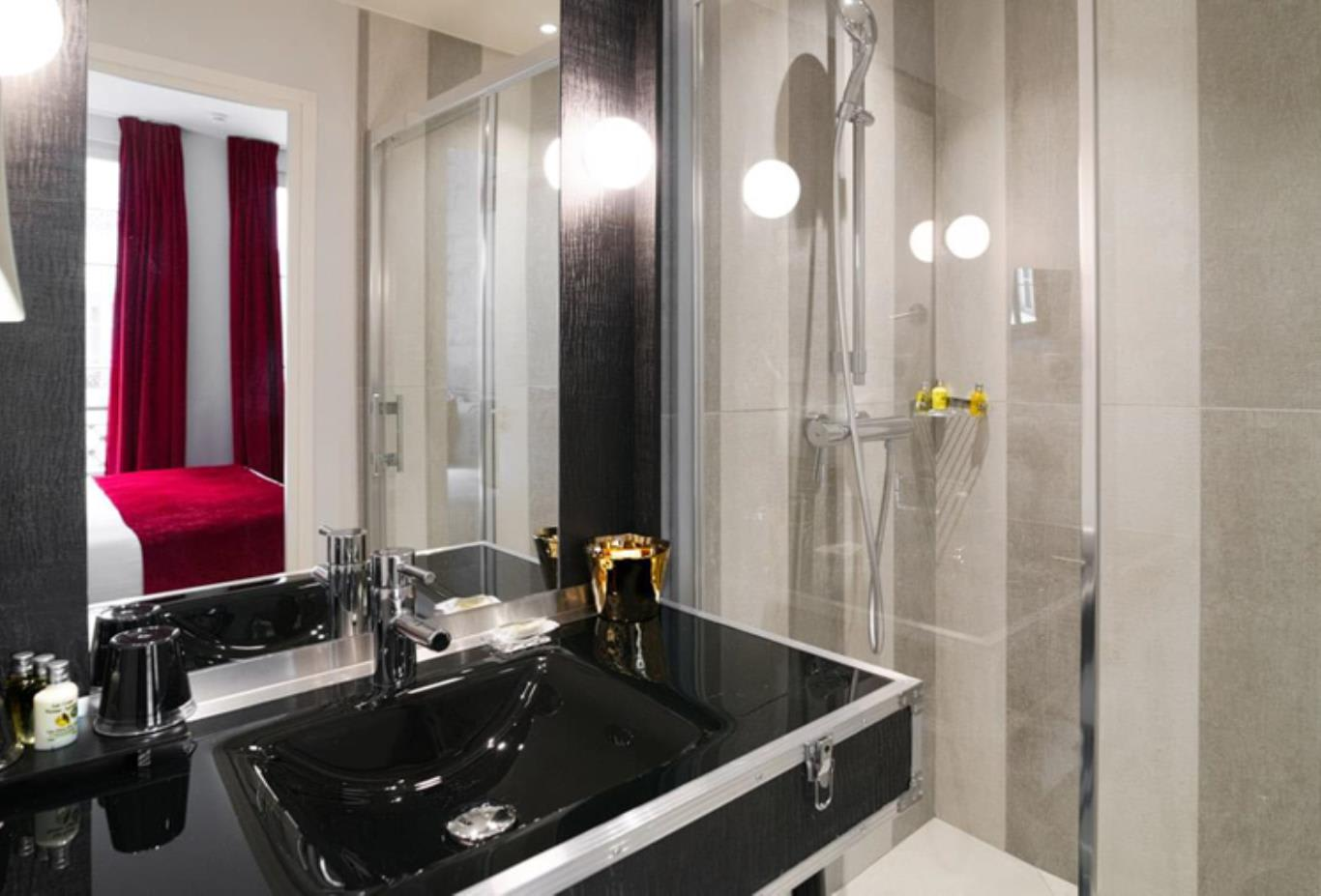 Standard Double/Twin bathroom