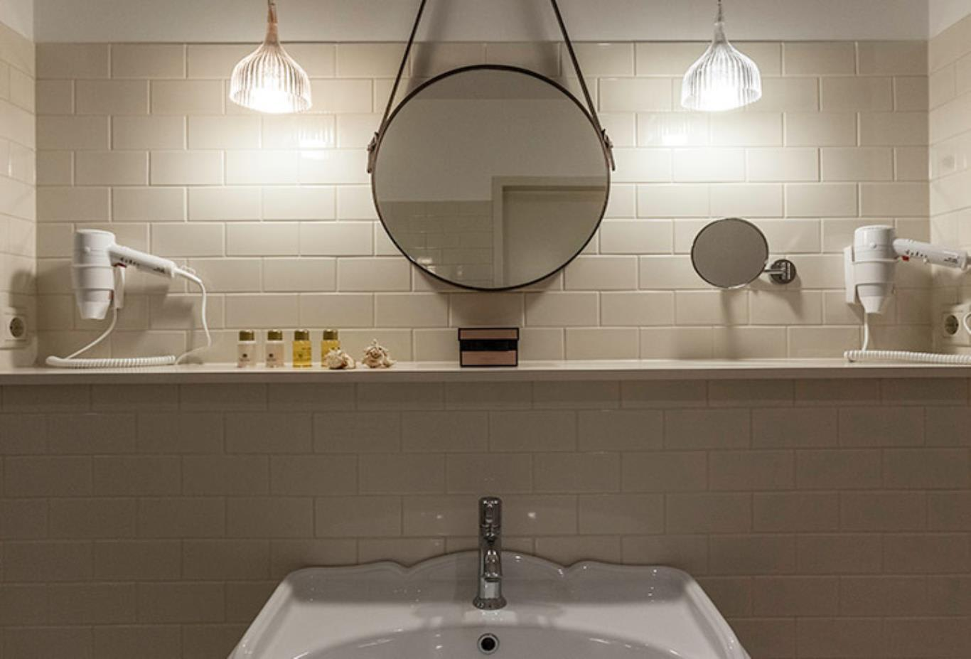 Classic-Double-Cool-Room-bathroom