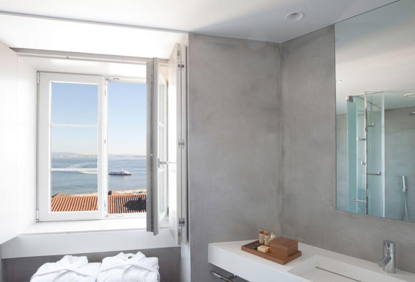 Superior Alfama Room bathroom