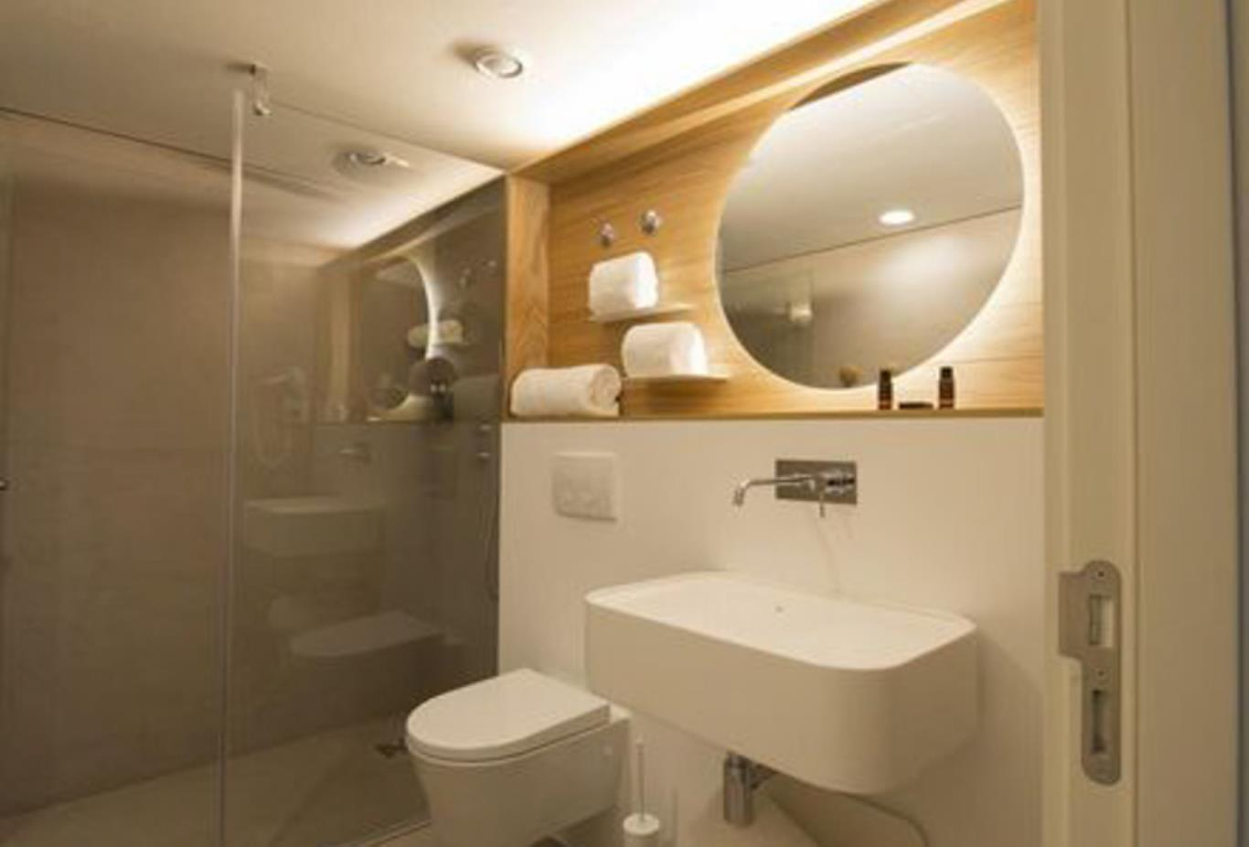 Double Classic Room bathroom