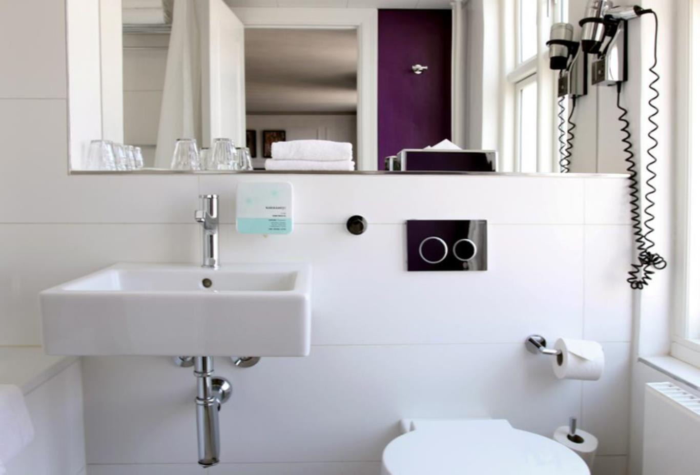 Small double room bathroom