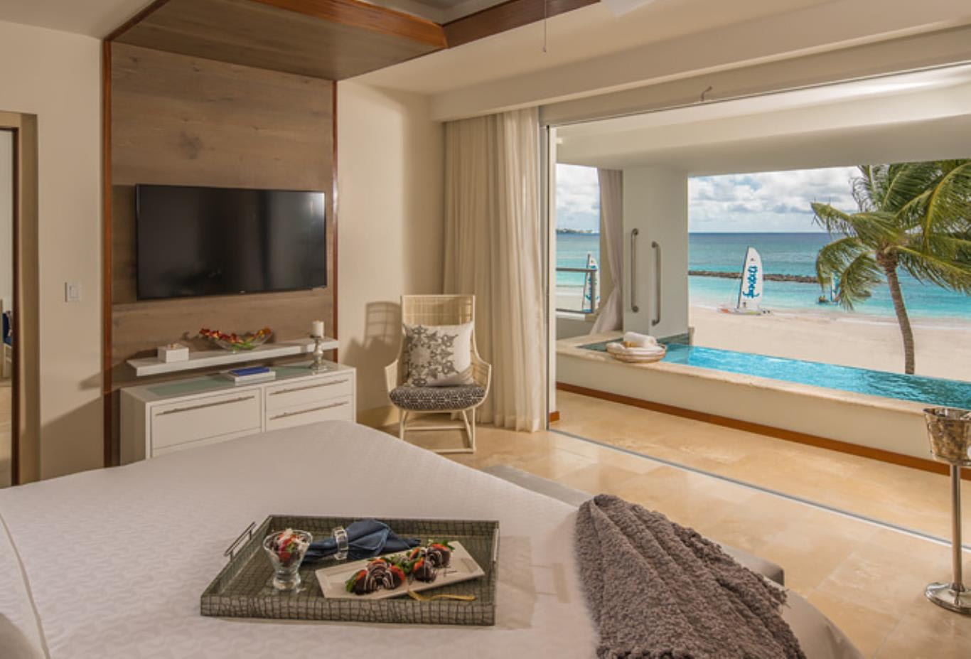 BSKY Beachfront One Bedroom Skypool Butler Suite with Balcony Tranquillity Soaking Tub bedrooom and lounge