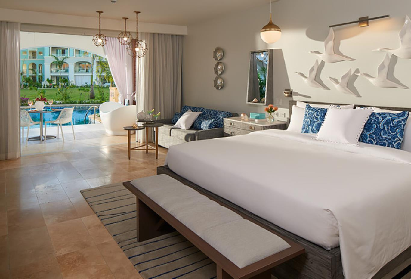 SUP Royal Seaside Swim up Club Level Ultra Suite with Patio Tub bedroom