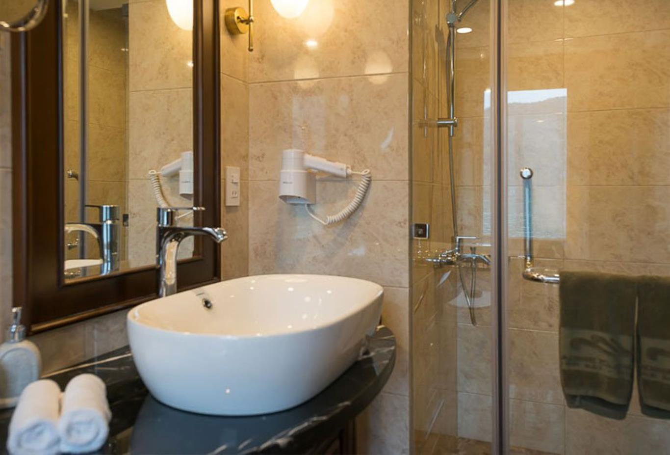 Elegance Suite bathroom