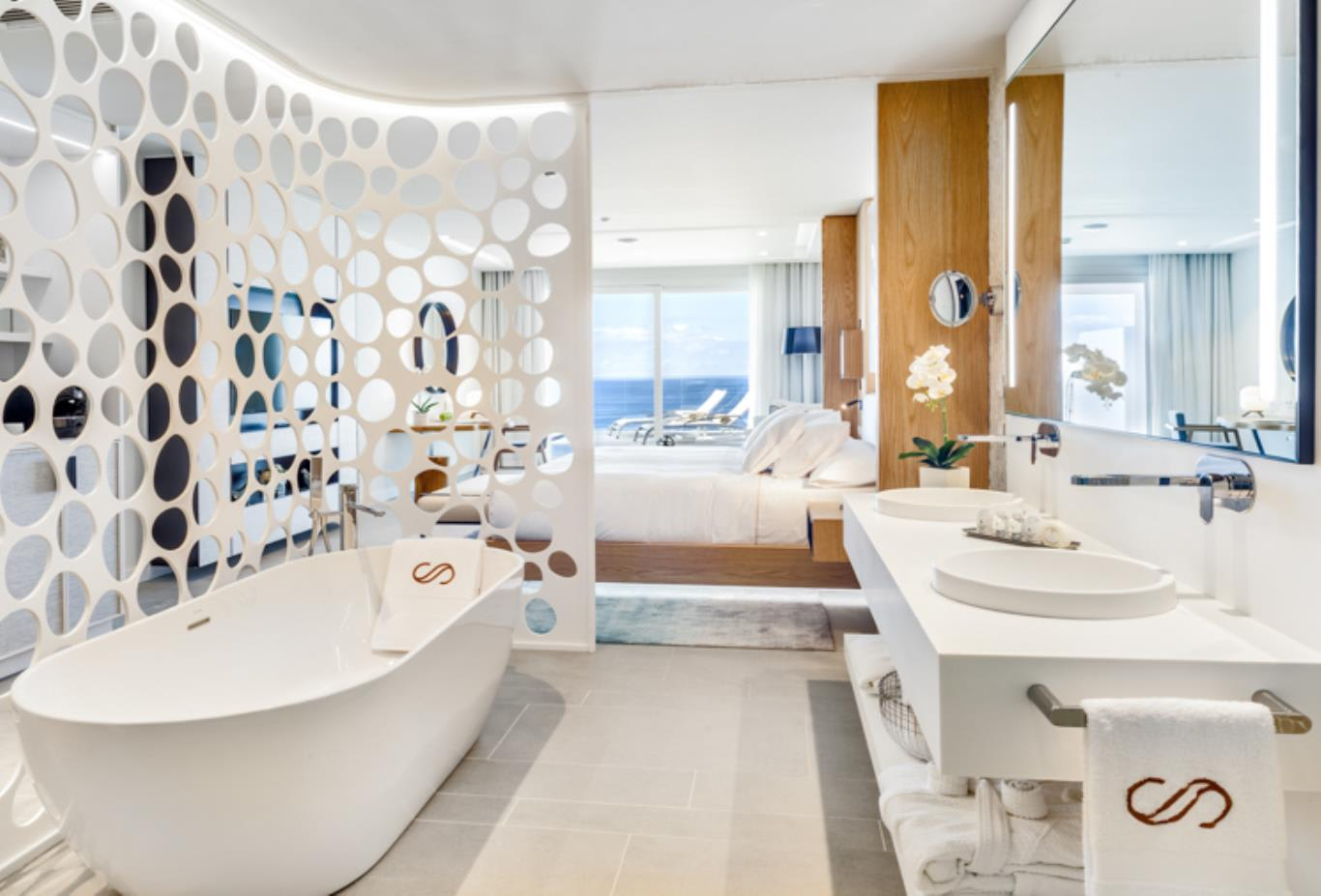 Junior Suite Sea Front View bathroom
