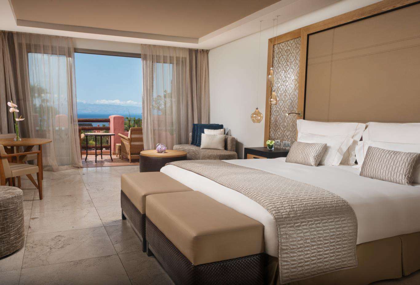Tagor Villas Suite Ocean View bed