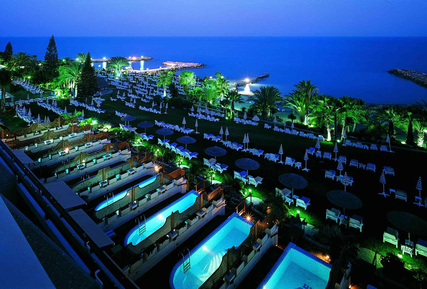 Junior-Suites-Private-Pools-by-night