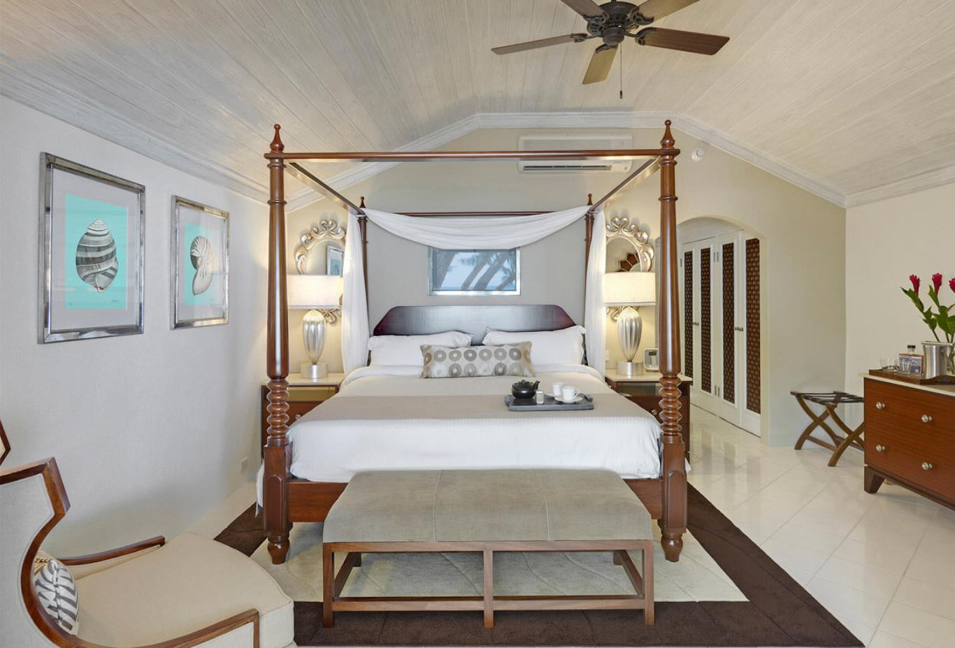 Luxury Swim-up Poolside Room bedroom