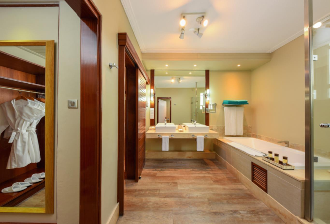 Deluxe Family Apartment bathroom