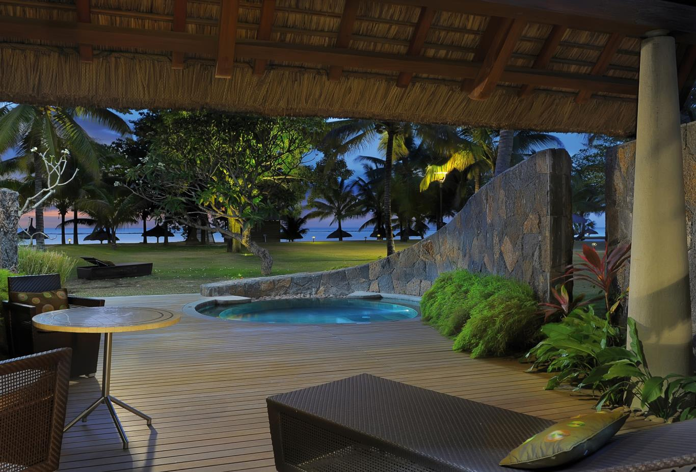 Beachfront-suite-with-pool