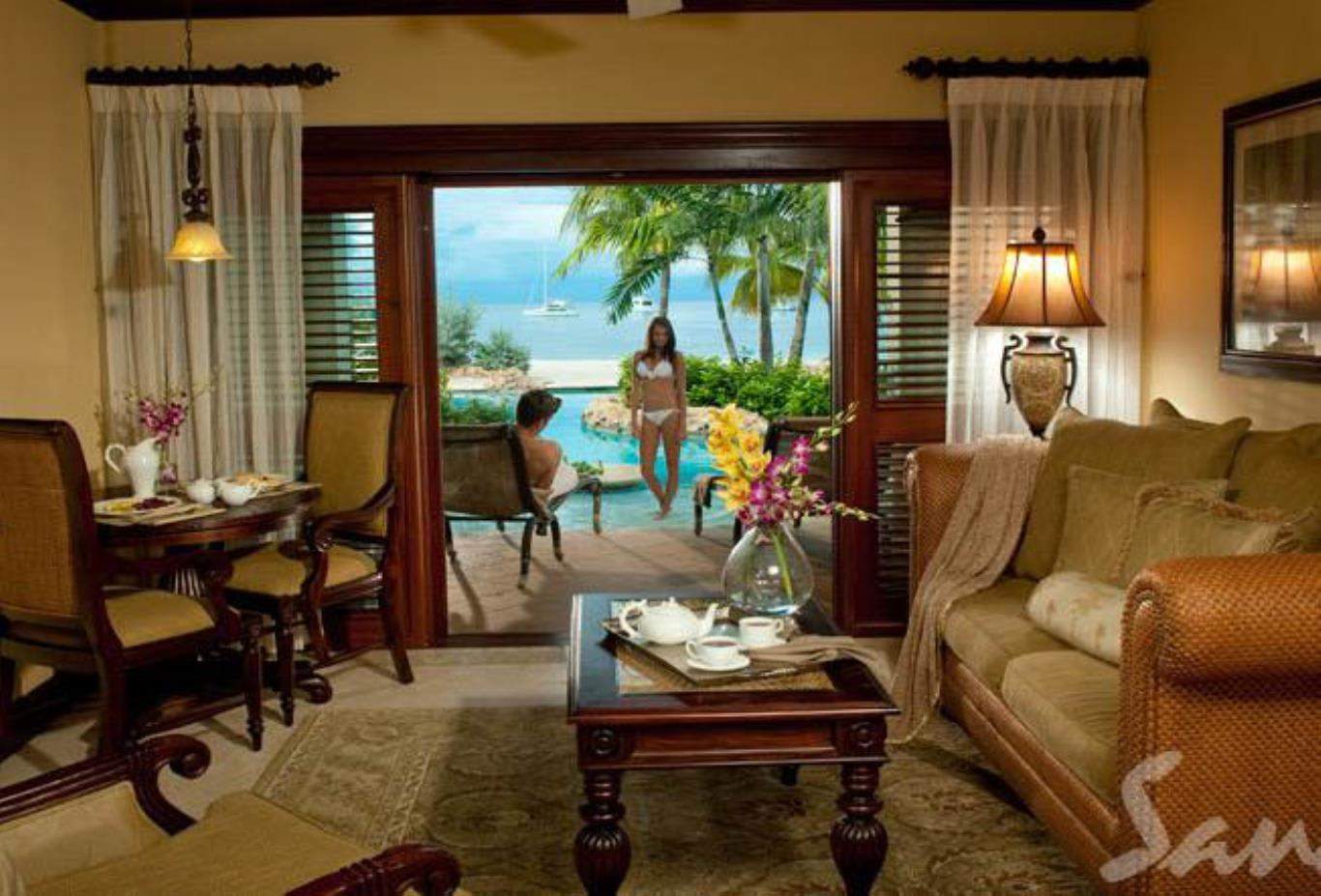 Swim up Crystal Lagoon Beachfront One Bedroom Butler Suite - 1R