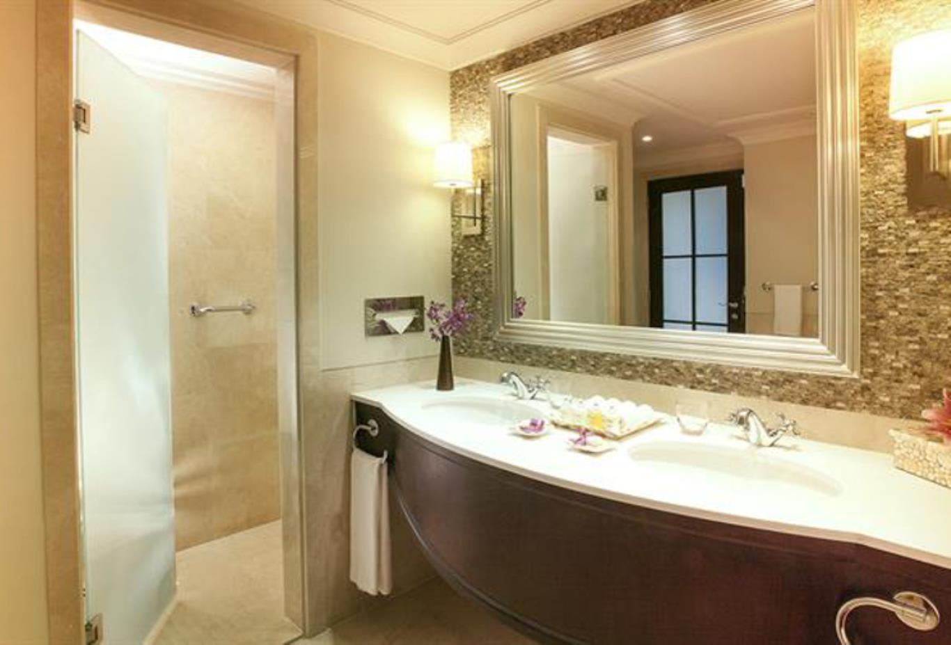 Palm Tree Court Suite bathroom