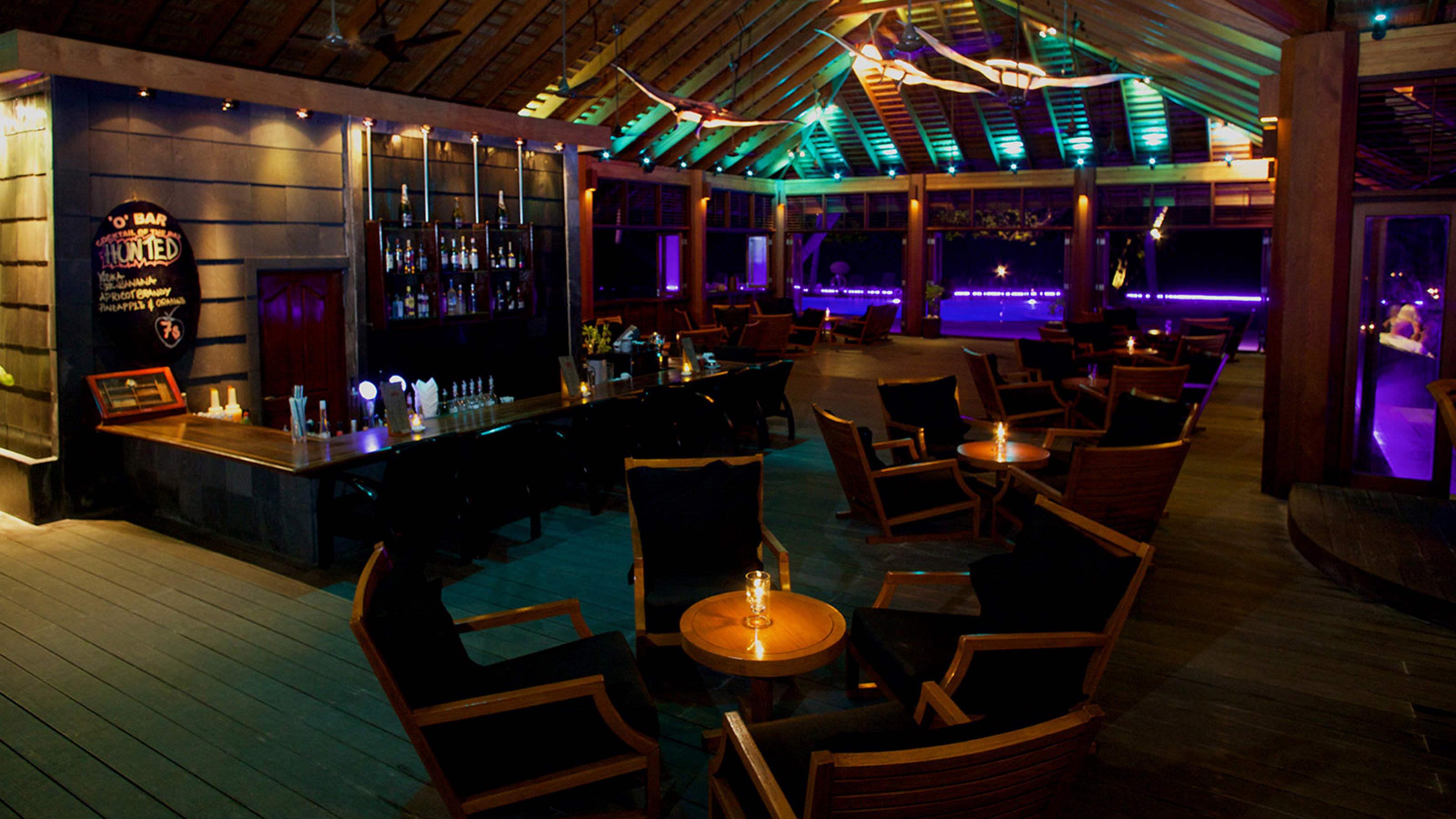 Kuredu pool bar