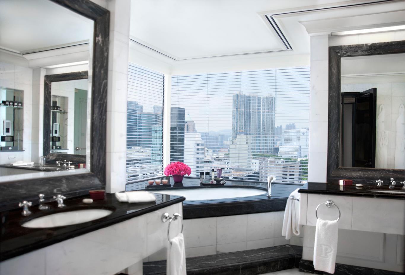 Grand Deluxe Harbour View Suite Bath
