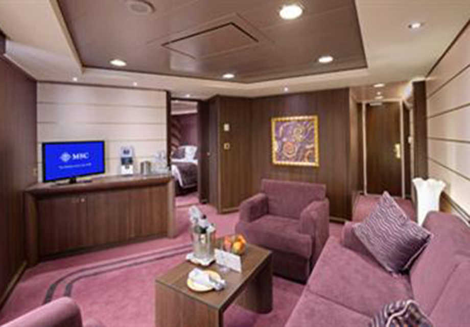 royal-suite-yacht-clubuse