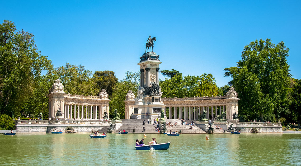 El Ritiro Park with boating lake, trees and large monument