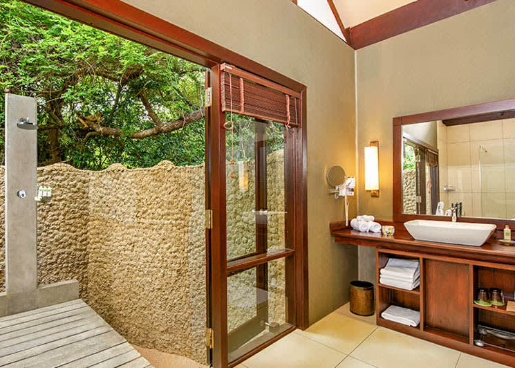 Jungle Cabin bathroom