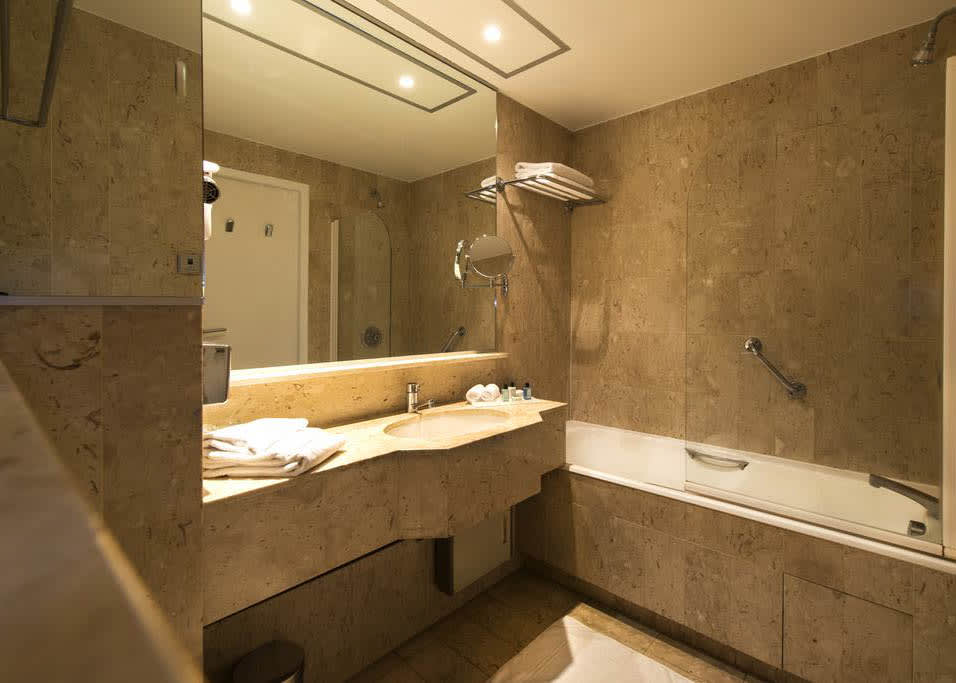 Double or twin room bathroom