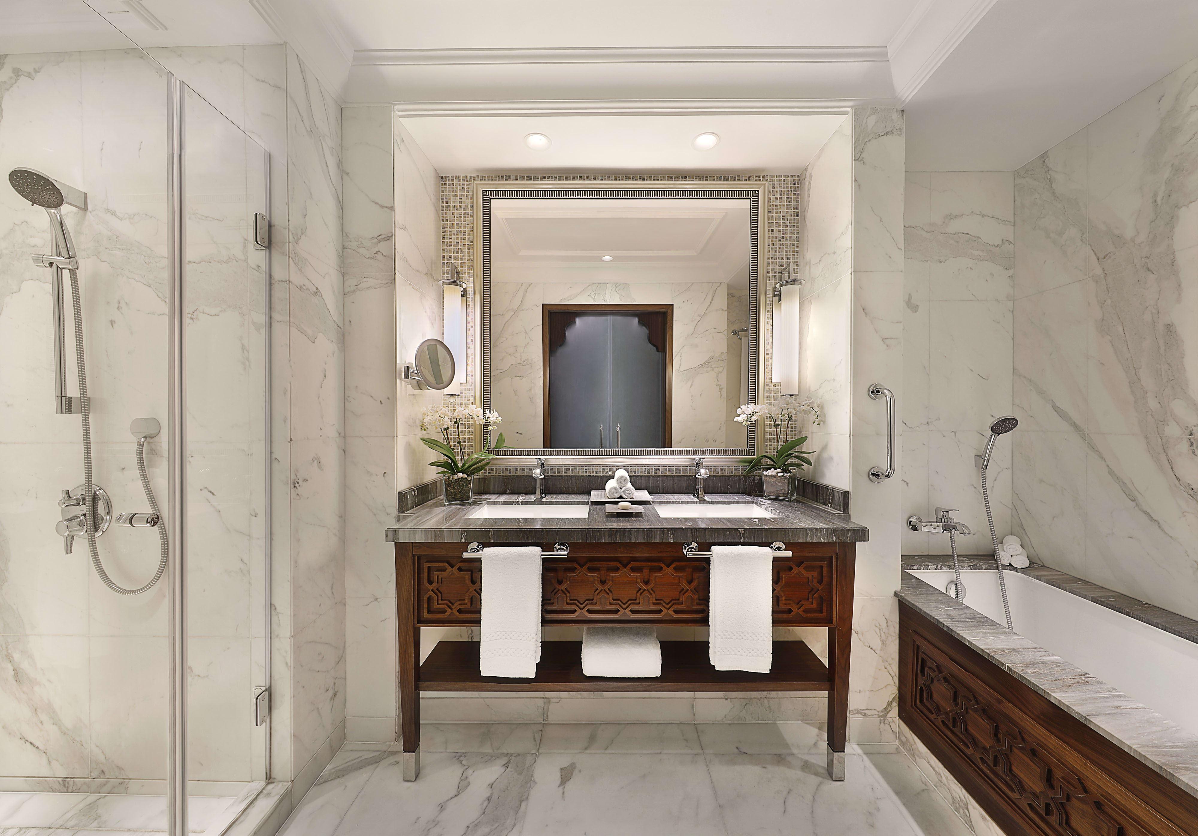 Deluxe Room king bathroom