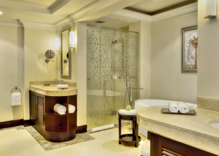 Deluxe Family Room bathroom