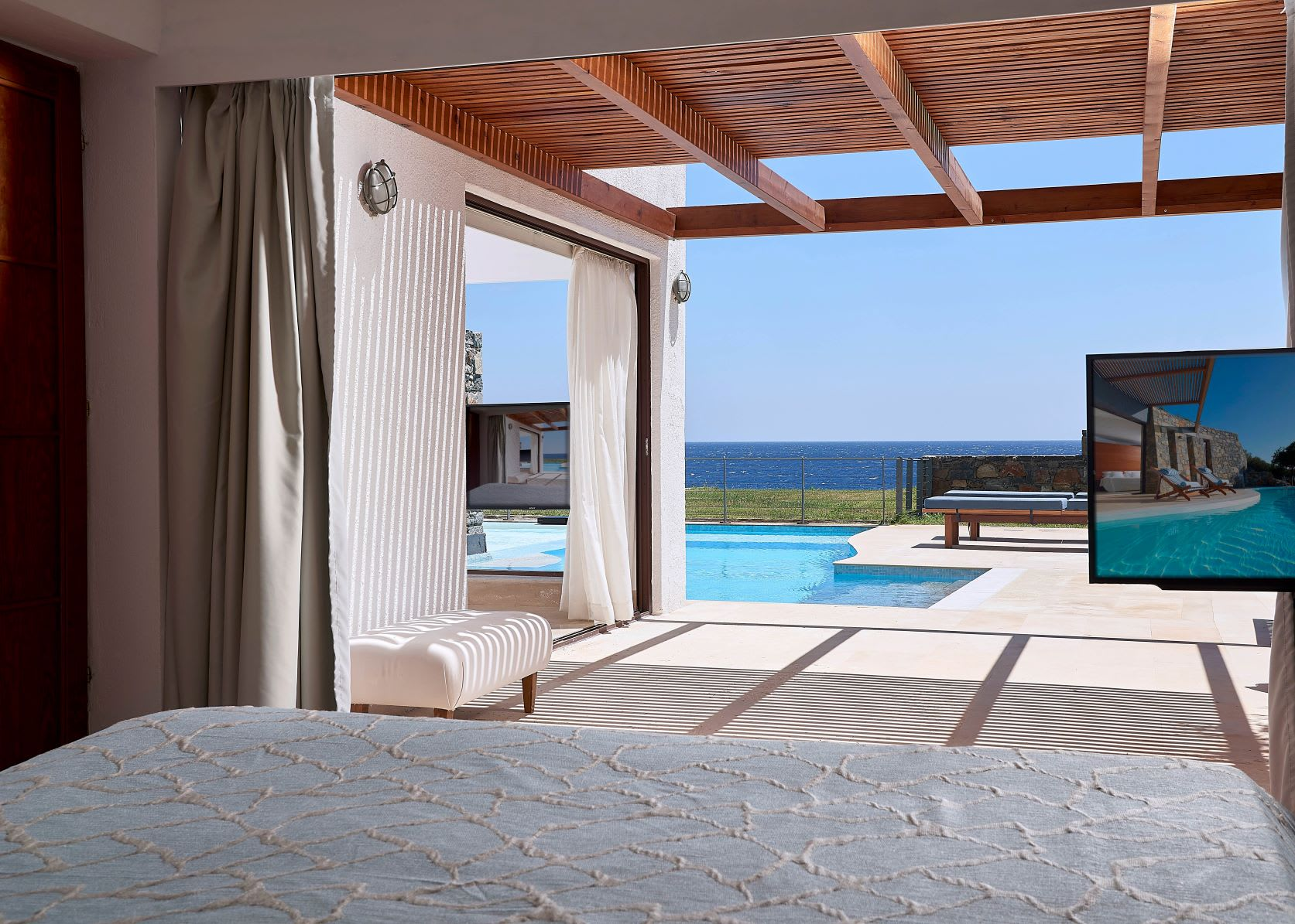 Club Suite Private Pool Seafront bedroomuse
