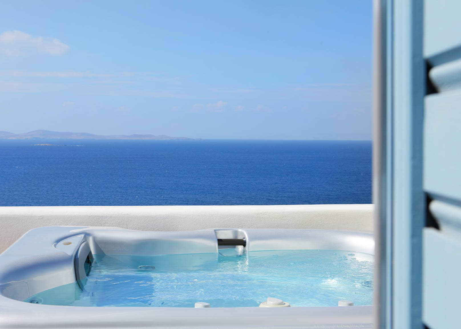 Suite with outdoor Jacuzzi view