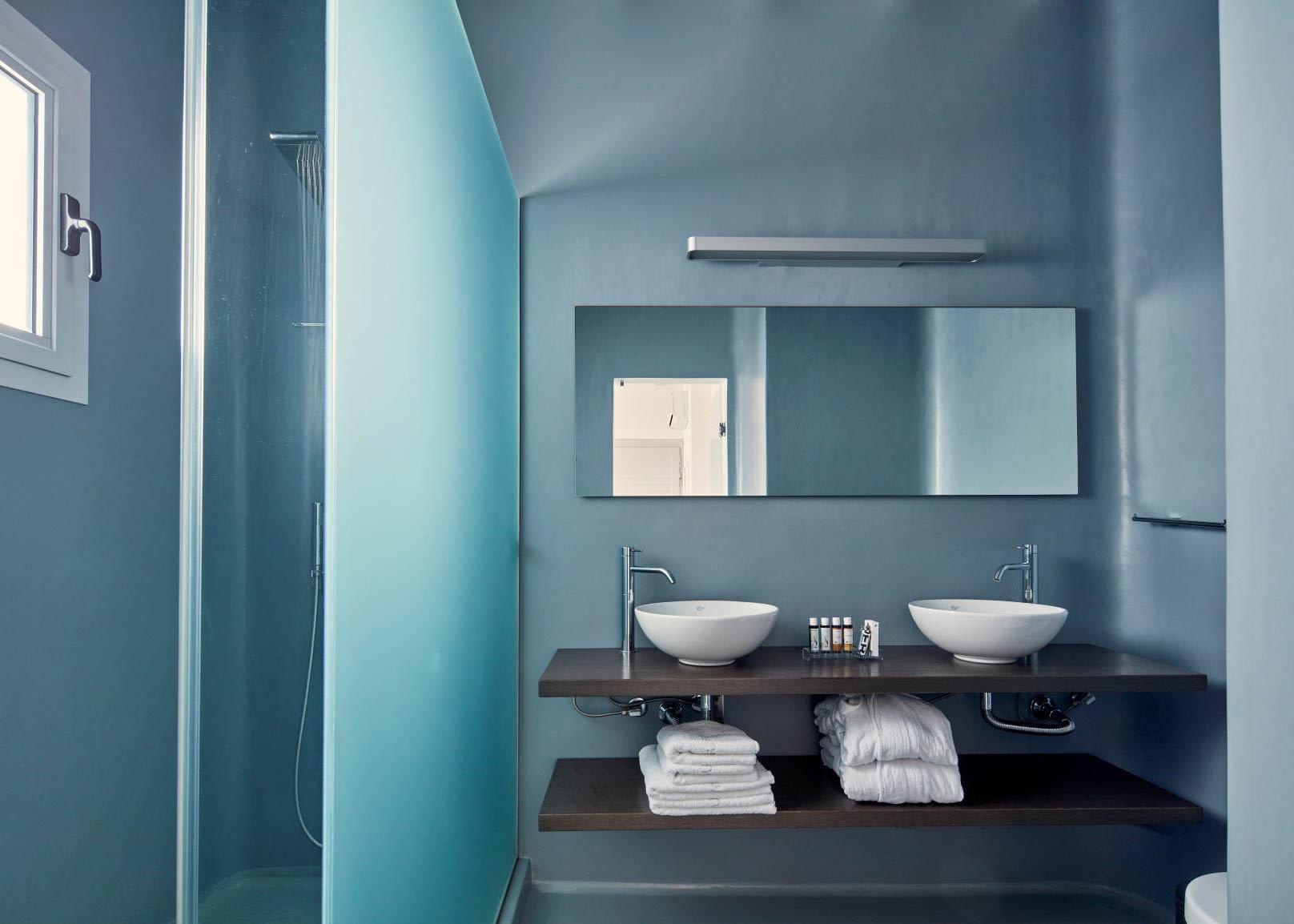 Deluxe Suite with outdoor jacuzzi bathroom