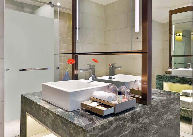 Grand Deluxe Ocean View bathroom