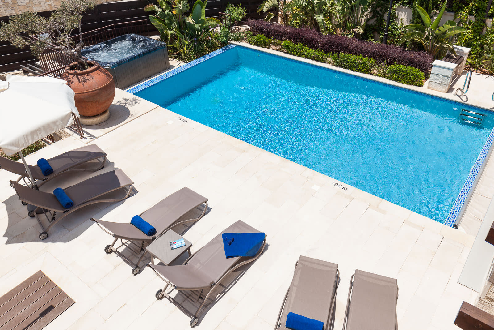 Pool ans sunloungers