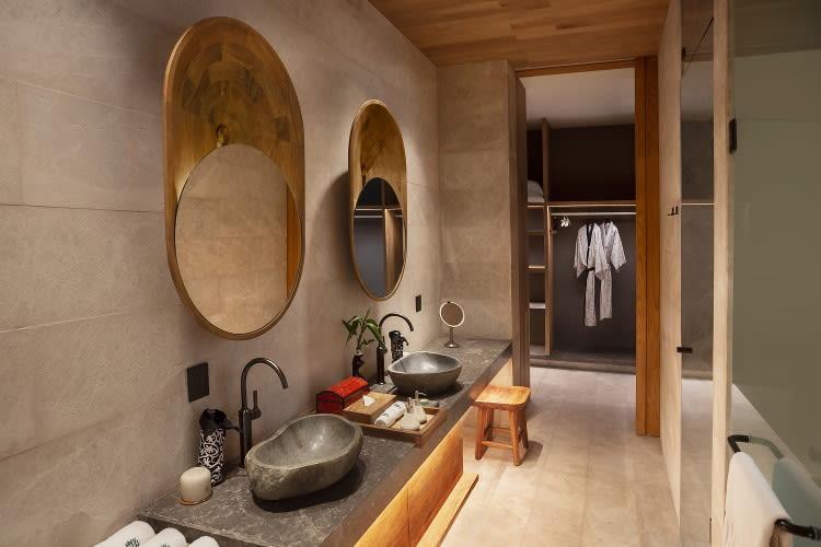 Beachfront Pool Suite Bathroom