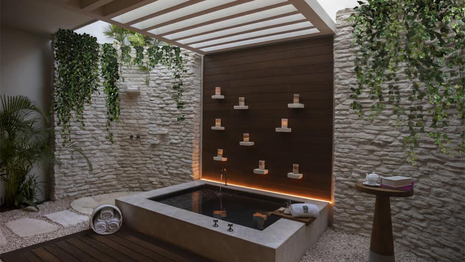 Beachfront Pool Suite queen tub