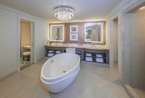 Terrace club suite bathroom
