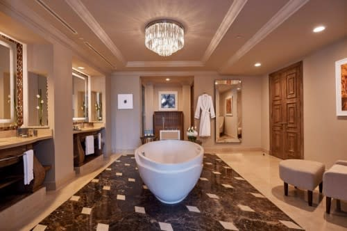 Regal Club Suite bathroom