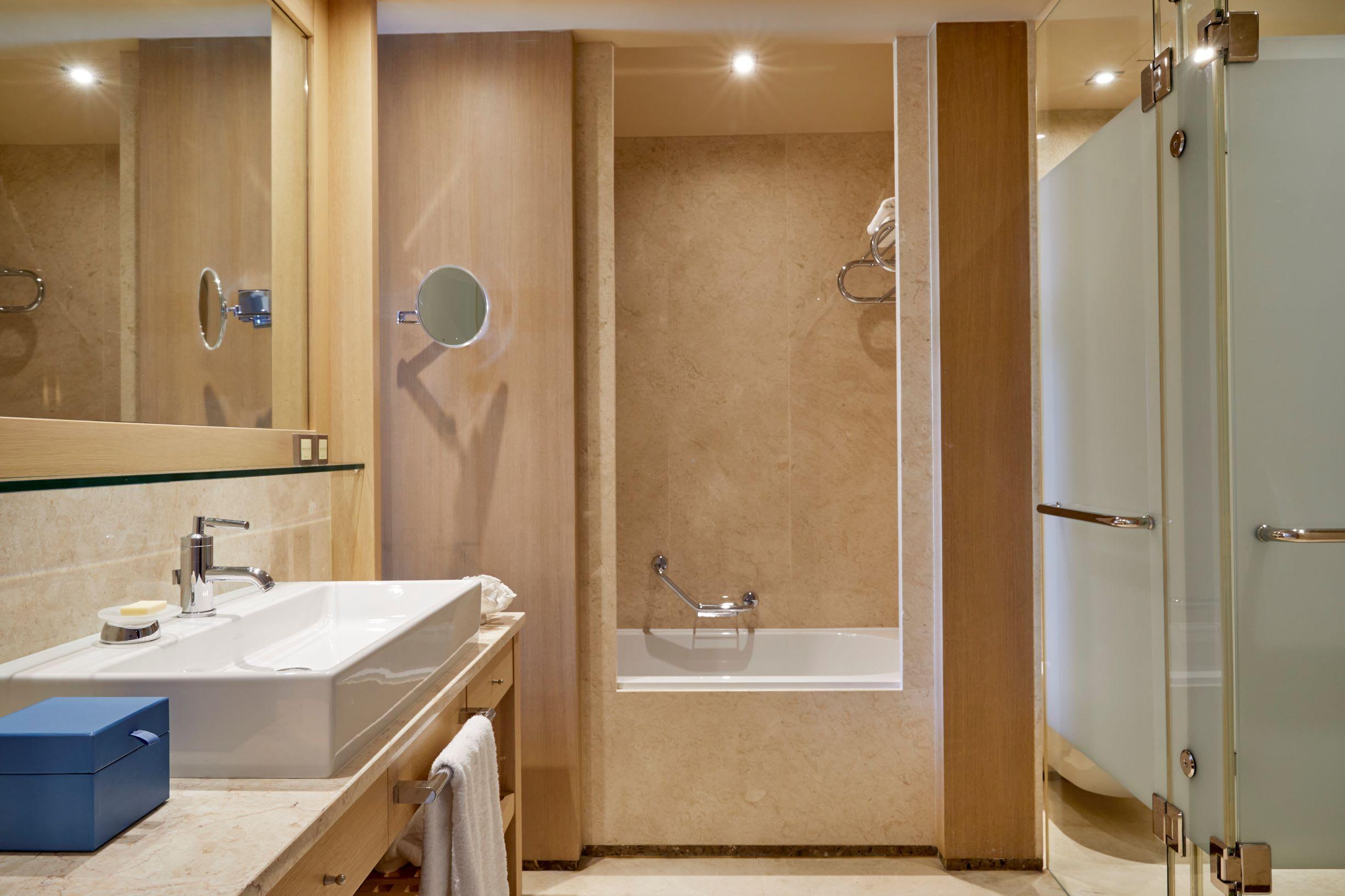 Deluxe Junior Bathroom