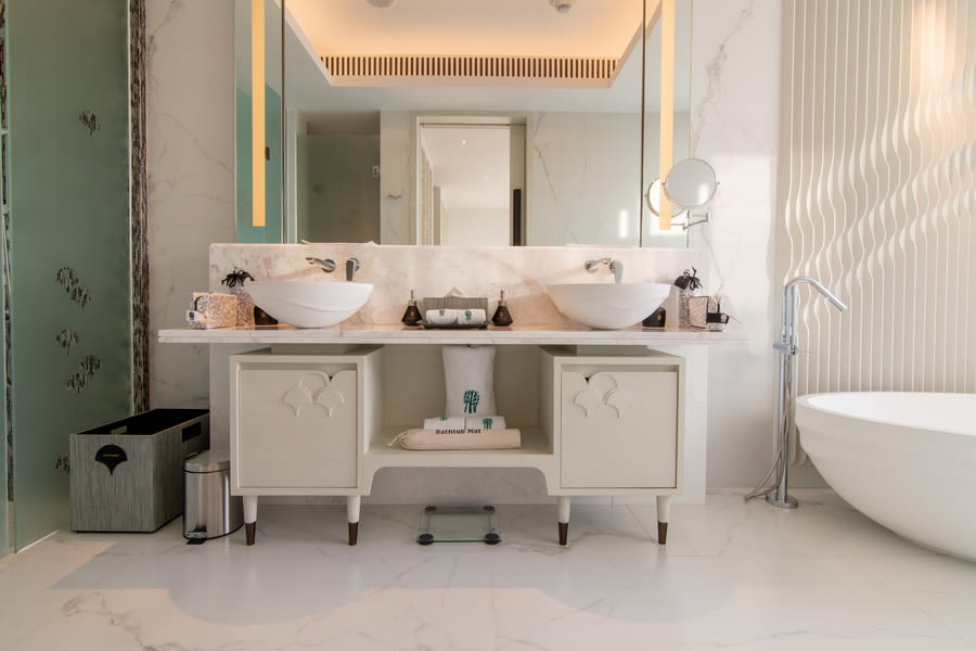 Deluxe Pool Suite Bathroom