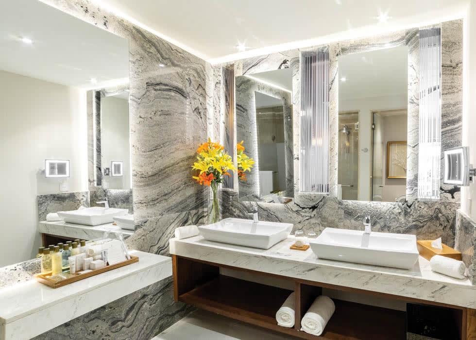 Preferred Club Junior Suite Tropical View bathroom