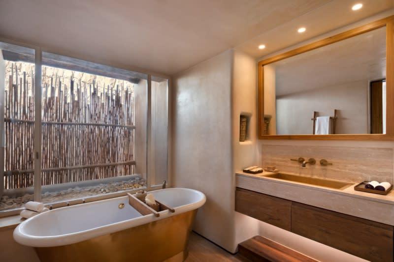 Panorama Suite bathtub