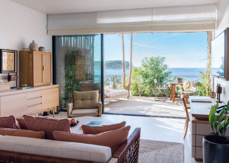 Living room with terrace view to the bay
