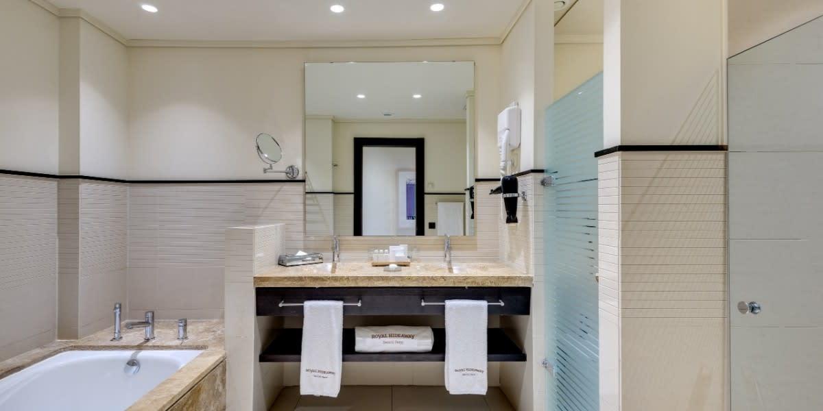 Deluxe Room Side Ocean View bathroom